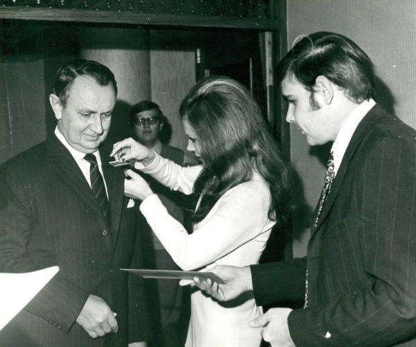 Tom en Susan Swartz help mnr Albert Marais met registrasie by die 1975 Windhoek AHI kongres.