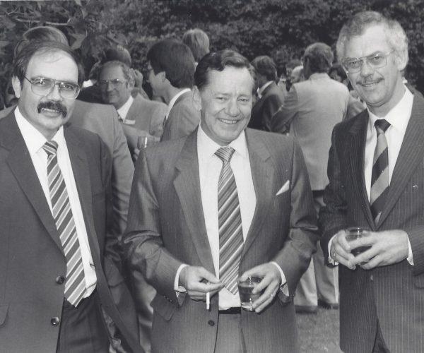 Tom Moodie links, ondervoorsitter van Pretoria Sakekamer (1986) saam met Johan Mulder, voorsitter van die Sakekamer (Trust Bank) in gesprek met minister Pietie du Plessis (middel), tydens 'n AHI funksie.