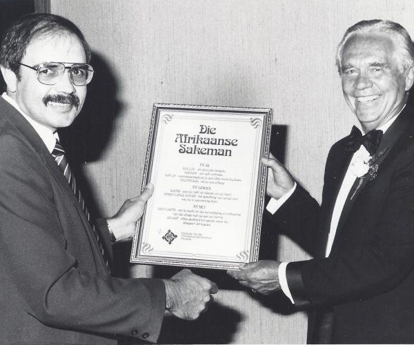 Dr Brand Fourie, sekretaris van Buitelandse sake was die geleentheidspreker tydens die sakekamer se gala-dinee in 1987.Op die foto oorhandig Tom, as voorsitter van die Kamer, 'n sertifikaat van erkentlikheid aan dr Fourie.