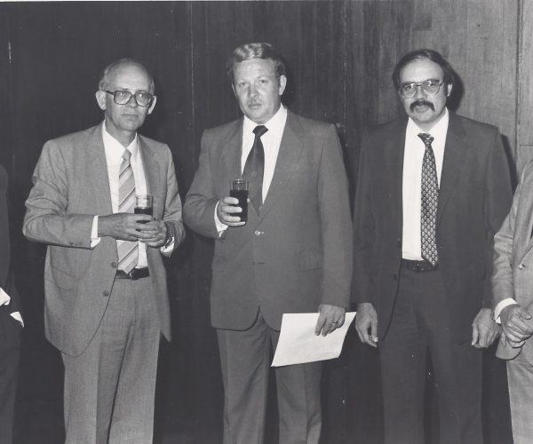 Tydens die laaste ledebyeenkoms in 1986, het Prof Geert de Wet as gasspreker opgetree. Op die foto verskyn prof de Wet saam met bestuurslede van die Sakekamer. Vlnr mnre Chris Steyn, Adam Jacobs, prof de Wet , mnr Tom Moodie ( voorsitter) en dr Andre Breedt.