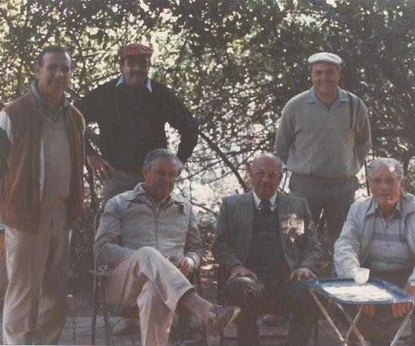 Op n jagtog afgeneem saam met president P W Botha langs die Limpopo rivier. Staanende saam met Tom in die middel, is links Martin Jonker, en regs Frans van der Merwe. Die twee persone aan weerskante van die President is nie bekend nie.