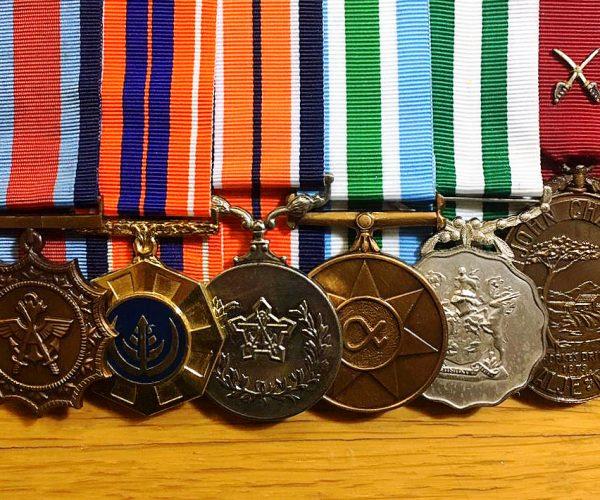 Medaljes en dekorasies deur Tom verwerf gedurende sy militêre loopbaan in die burgermag.